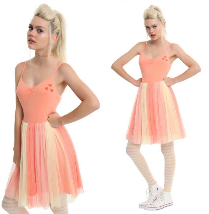 chica con vestido color durazno