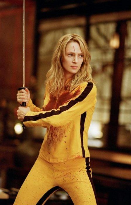mujer con espada y traje amarillo
