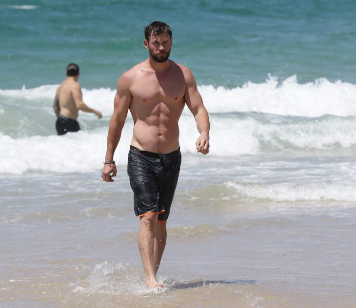 Chris Hemsworth en la playa