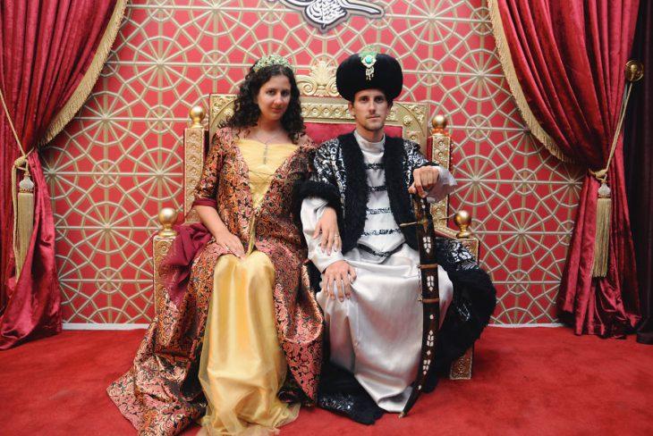 pareja cosplay sultanes