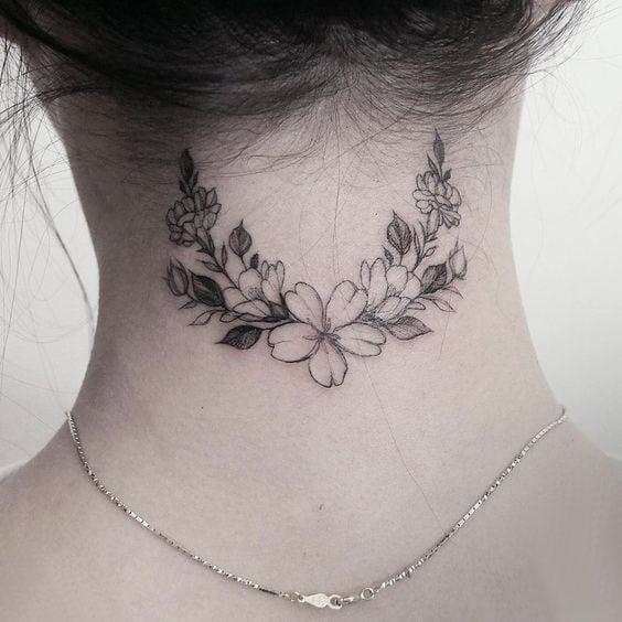 tatuaje en el cuello guirnalda de flores