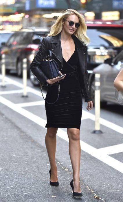 outfit vestido negro y tacones de aguja