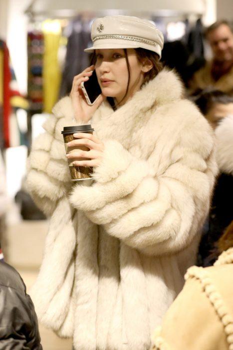 bella hadid abrigo de pelo