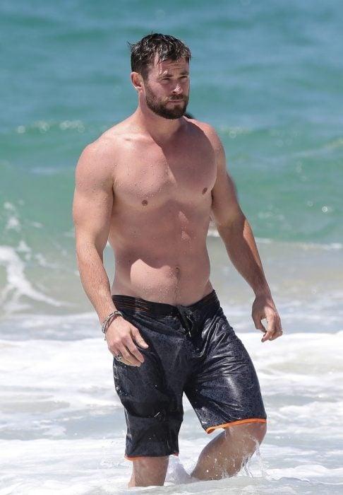 Chris Hemsworth en la playa
