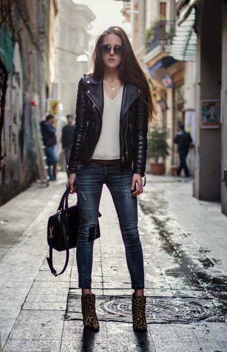 outfit con chamarra de piel y botines de animal print