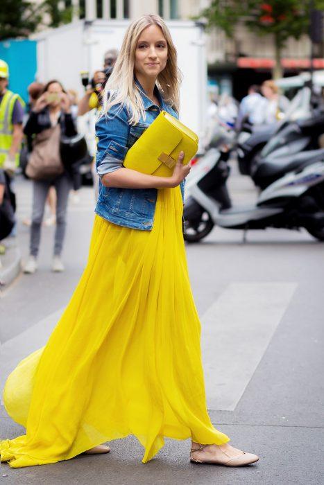 maxi vestido amarillo con flats en punta