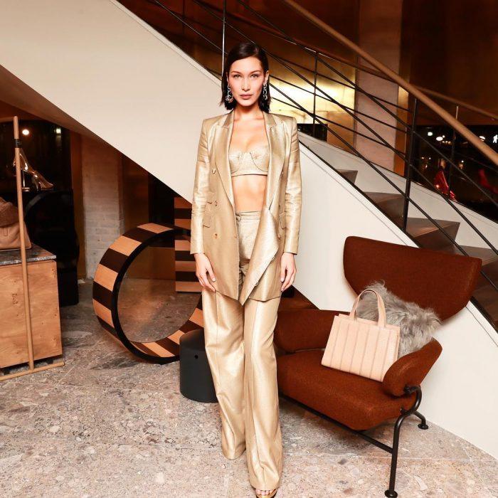 bella hadid traje dorado