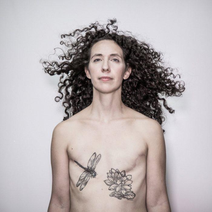 mujer sin senos