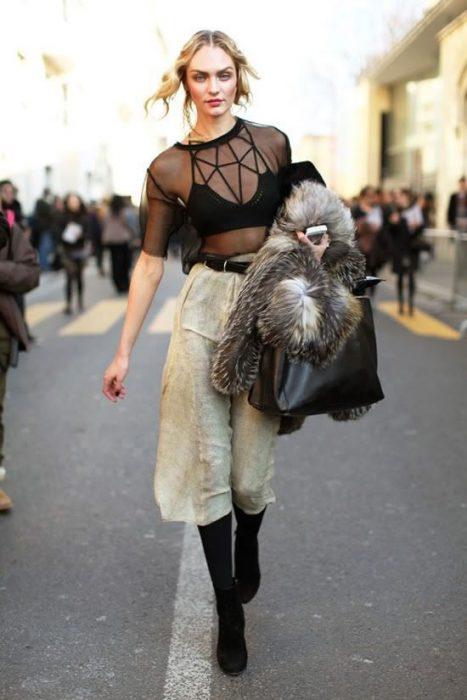 bralette con camisa trasparente y culottes anchos