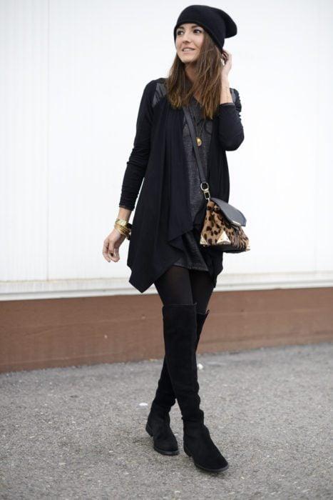 mujer vestida negro con bolsa animal print