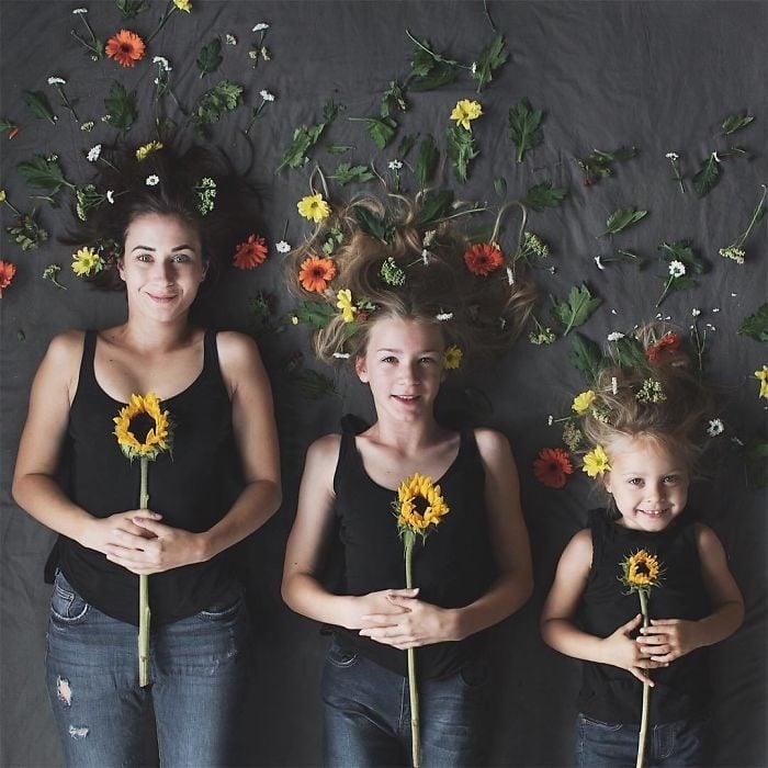 All that is three chicas rodeadas de flores