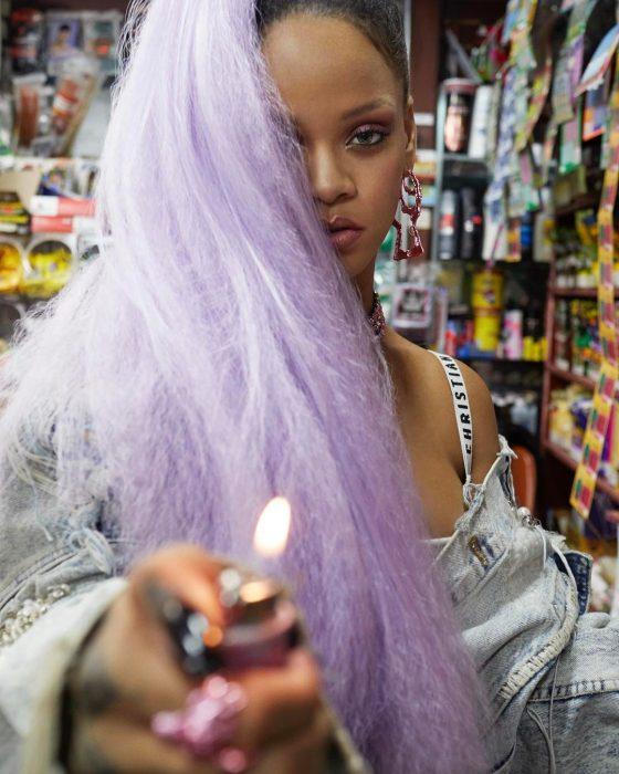 mujer morena con cabello color lila