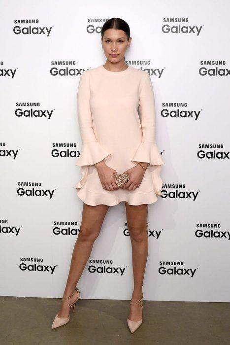 bella hadid vestido crema