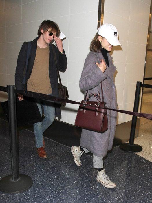 pareja de novios en el aeropuerto