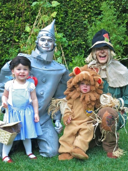 2012-Tin-Man-Scarecrow-Dorothy-Cowardly-Lion Neil Patrick Harris y familia