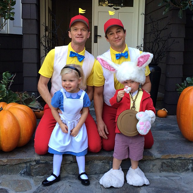 2013 Alice, The White Rabbit, Tweedledee, and Tweedledum Neil Patrick Harris y familia