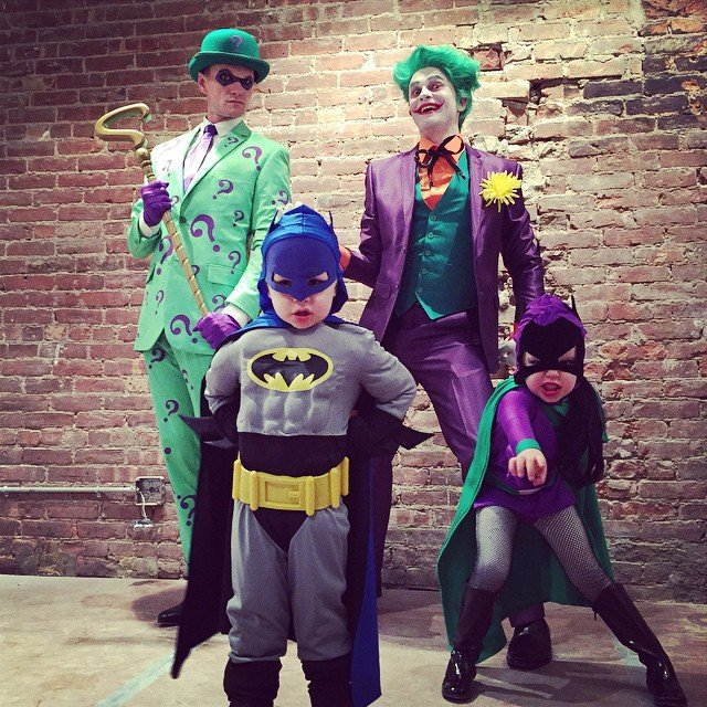 2014 The Joker, The Riddler, Batman, and Batgirl Neil Patrick Harris y familia
