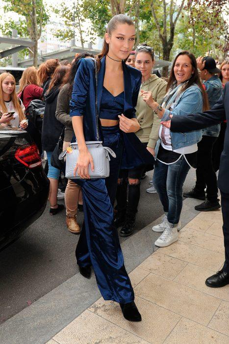 bella hadid traje azul
