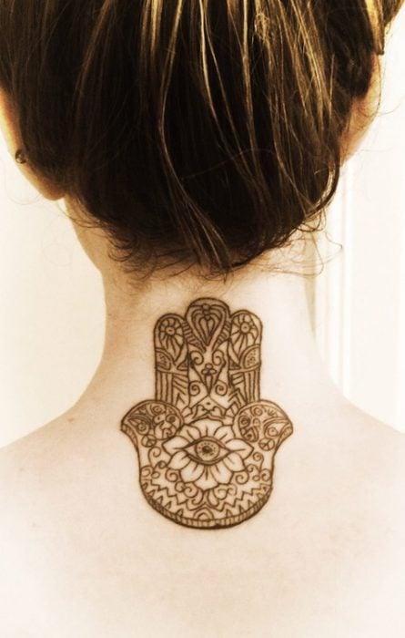 Tatuajes en el cuello mano de fatima