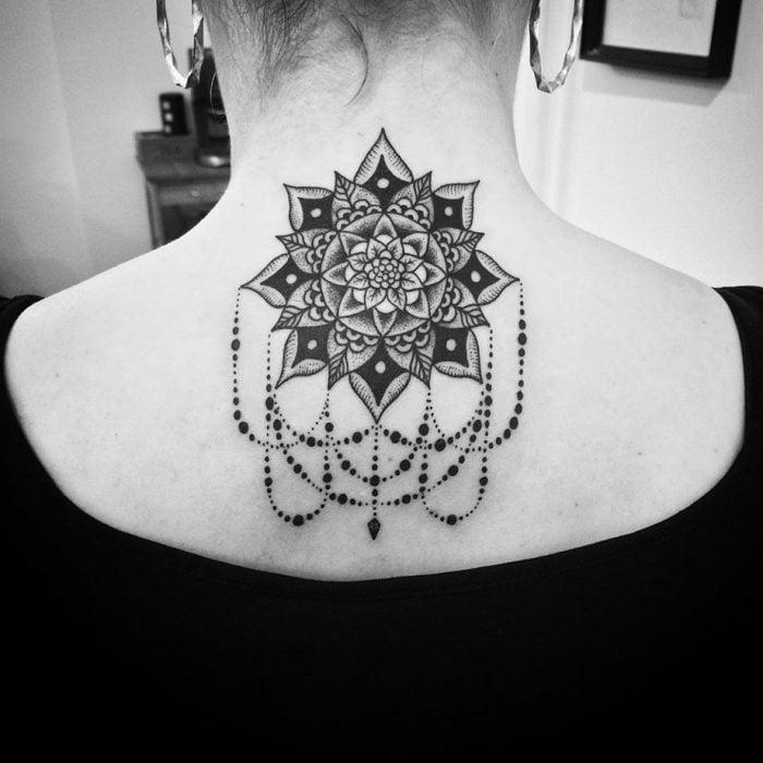 Tatuajes en el cuello mandala