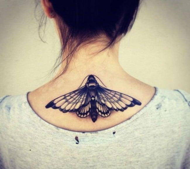 Tatuajes en el cuello con una polilla