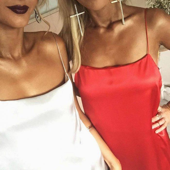 dos mujeres con vestidos de tiras