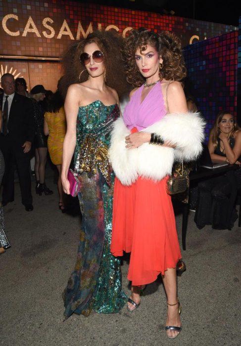 Amal Clooney y Cindy Crawford estilo disco