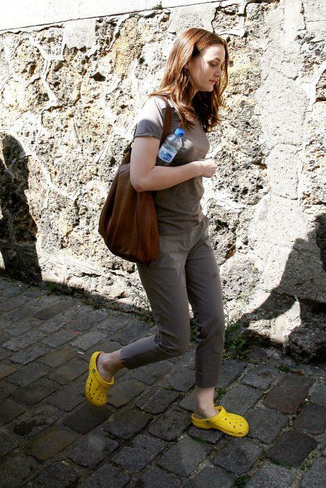 chica con crocs