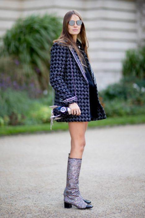 Botas con glitter de chanel presentadas en la semana de la moda en París