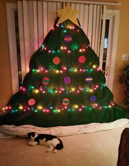 arbol de navidad de fieltro y gato