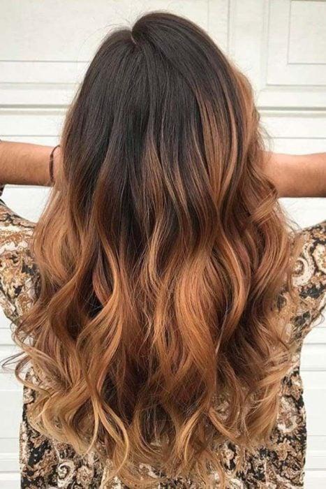 Chica co nel cabello pintado de un tono ombré café