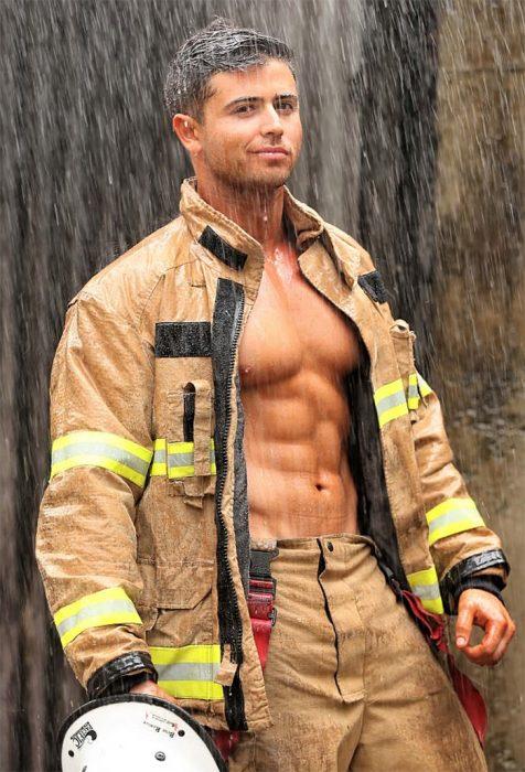 chico vestido de bombero