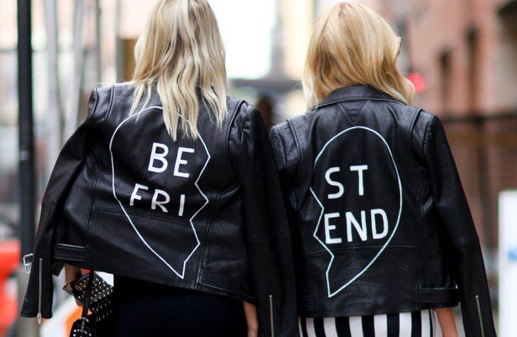 chicas usando chaquetas iguales