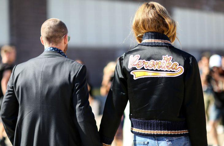 chica caminando con su novio de la mano