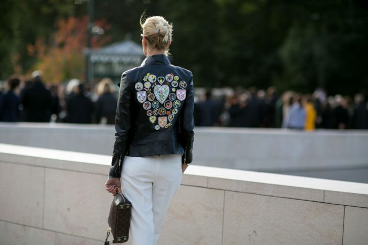 chica con chaqueta llena de estampados