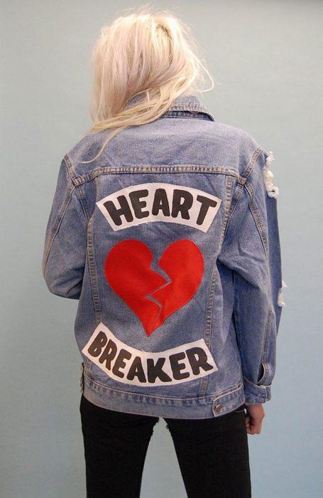 chica de espaldas mostrando su chaqueta
