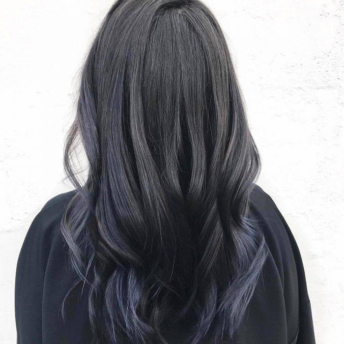 Chicas llevando el cabello en tono ahumado con negro