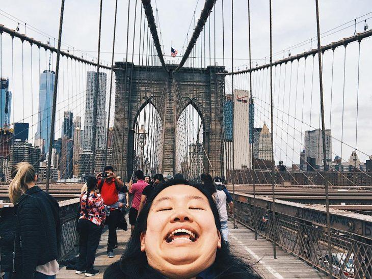 Chica tomandose una foto donde muestra su papada