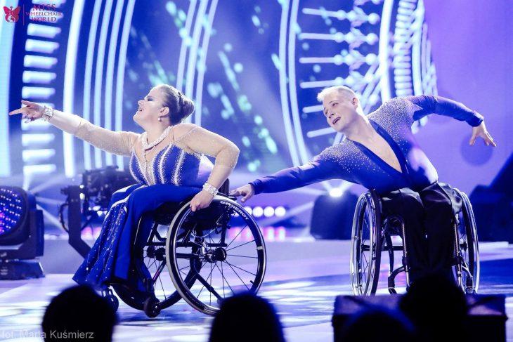 chicos en silla de ruedas bailando
