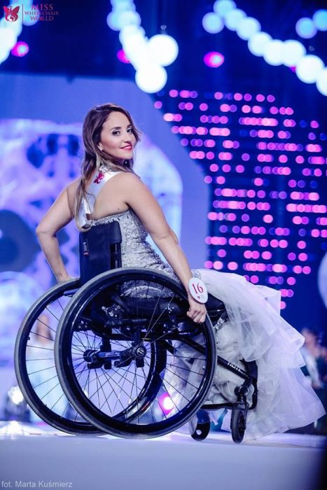 chica modelando en silla de ruedas