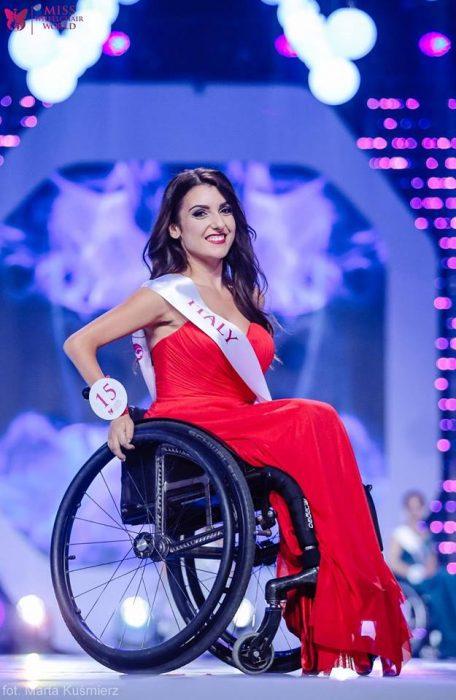 chica usando vestido rojo en silla de ruedas