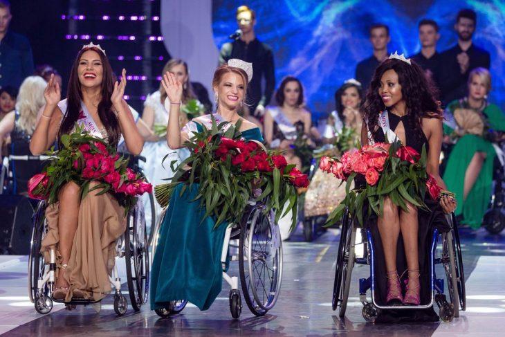 chicas en sillas de ruedas siendo coronadas