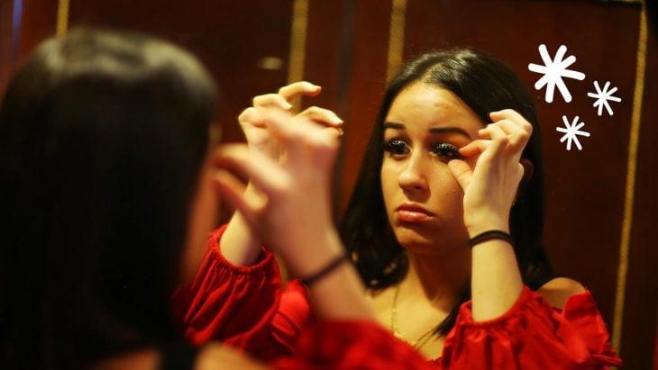 Chica tocando sus pestañas