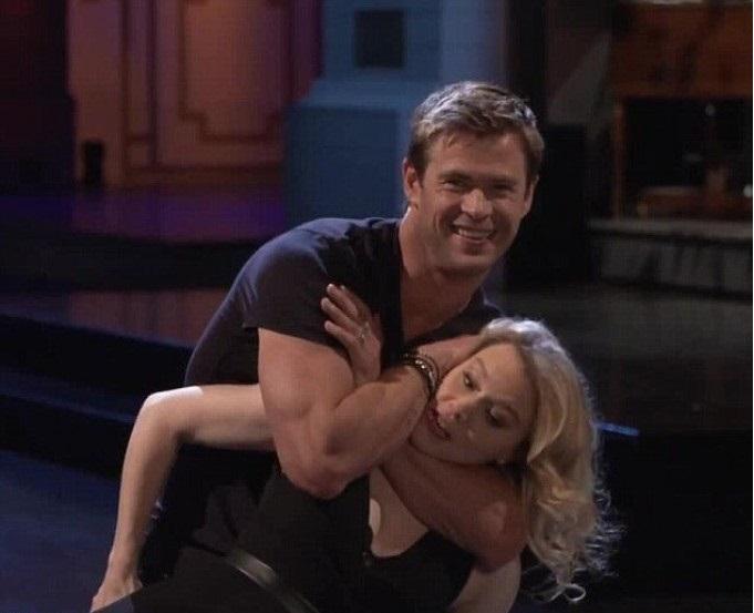 chico abrazando a una chica a la fuerza
