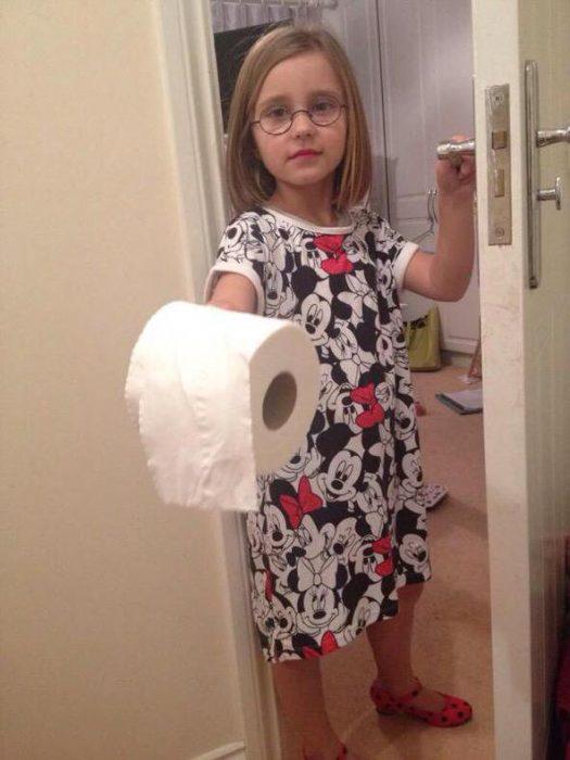 niña con papel higiénico en la mano