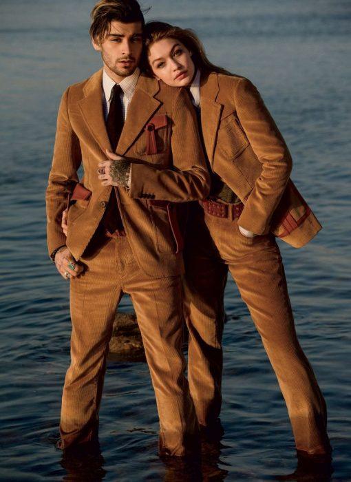 Gigi Hadid y Zayn Malik usando un traje café en una sesión de fotos de VOGUE