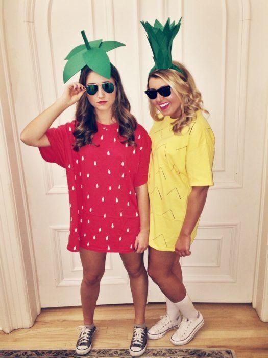 chicas vestidas de frutas