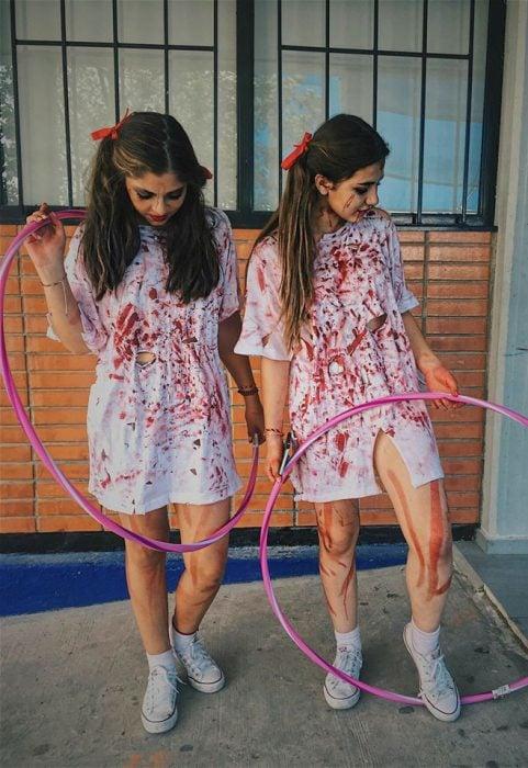 chicas disfrazadas de gemelas