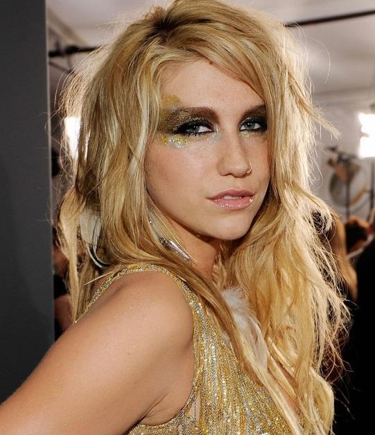 chica con glitters en los ojos
