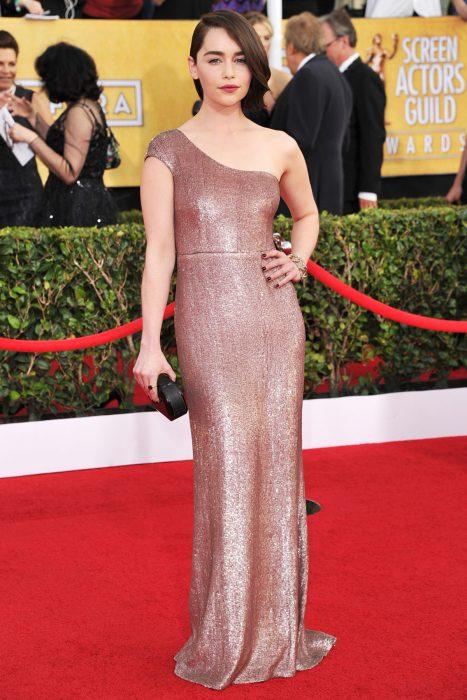 Estilo de Emilia Clarke en la alfombra roja